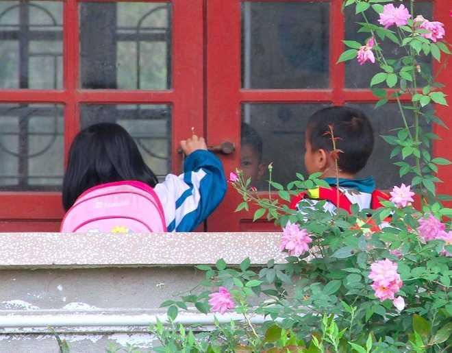 Khoảng 10h30, khi tan trường, học sinh cùng cô giáo mang cặp sách ra về. Vì trường thưa bóng người, không gian vui chơi hầu như hạn hẹp. Những ánh mắt thèm muốn được vui chơi với nhiều bạn bè cùng trang lứa bị ngăn cách bởi hoàn cảnh nghèo khó, sông nước cách trở.
