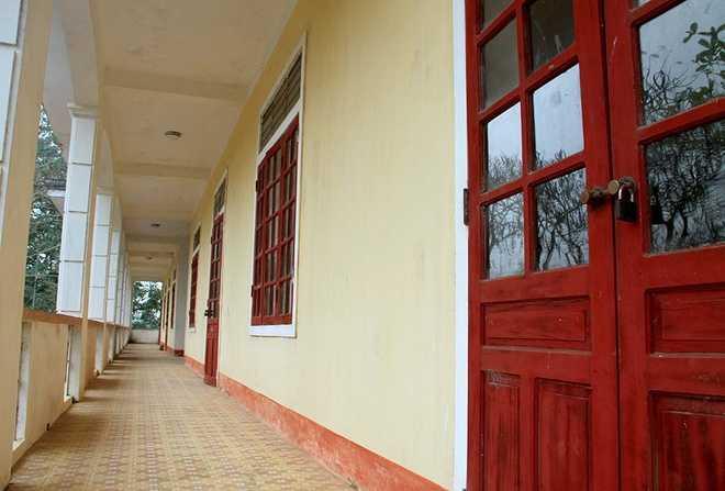 Các phòng học ở phân hiệu hai trường Tiểu học Xuân Giang nhiều năm qua luôn được đóng kín.