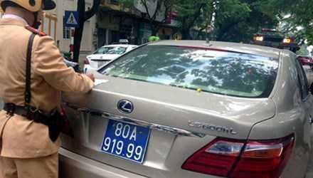 CSGT xử lý xe Lexus mang BKS màu xanh giả.