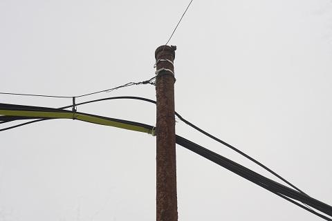 Những cây cột điện đã hoen gỉ.
