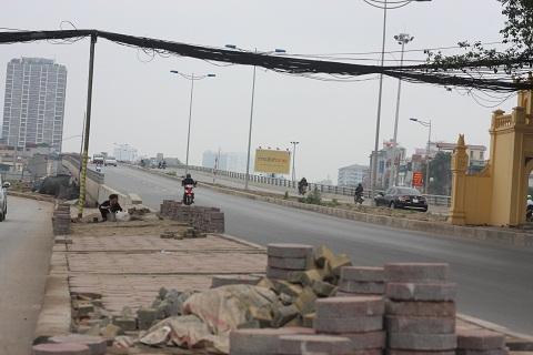 Những bó dây điện xoắn vào nhau chằng chịt ngay trên đầu người dân, làm mất mỹ quan đô thị cũng như sự an toàn cho người đi đường.