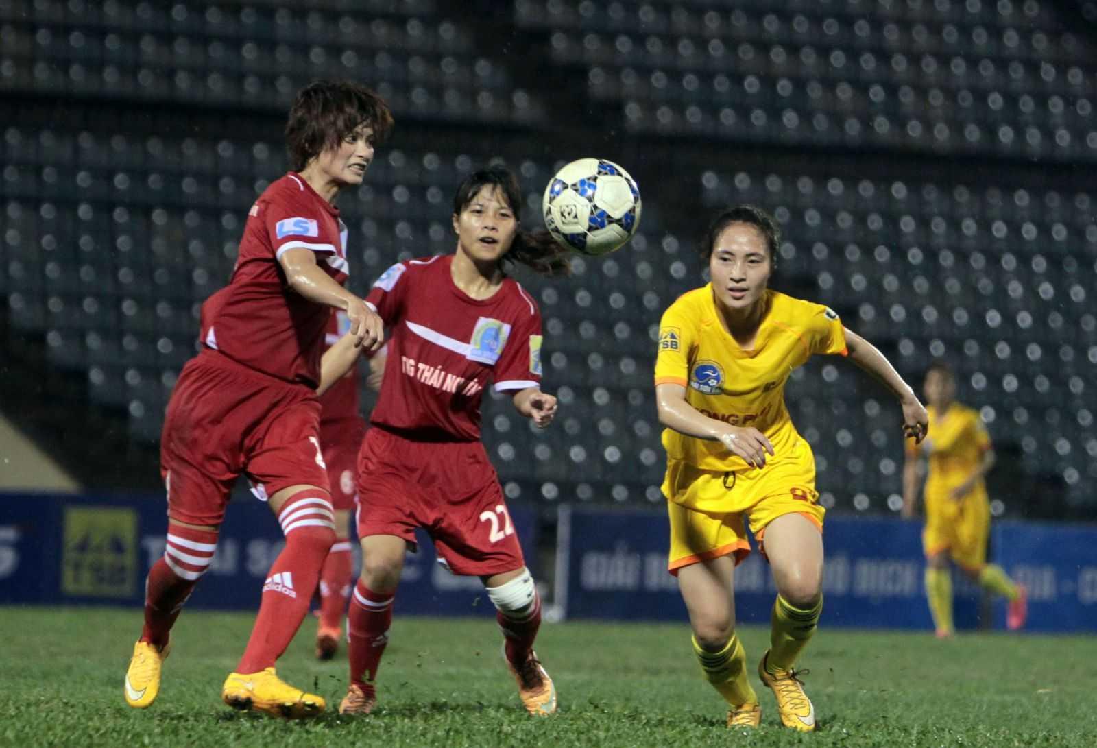 Phong Phú Hà Nam (áo vàng) tạm dẫn đầu BXH