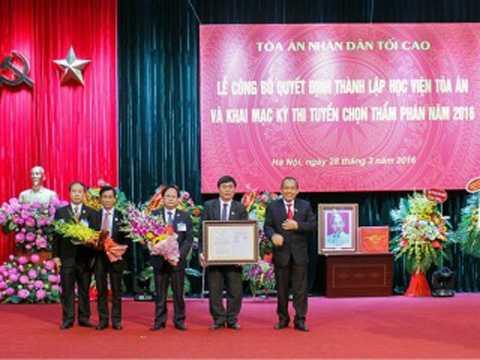 Đồng chí Trương Hòa Bình trao Quyết định thành lập Học viện Tòa án cho Ban Giám đốc Học viện