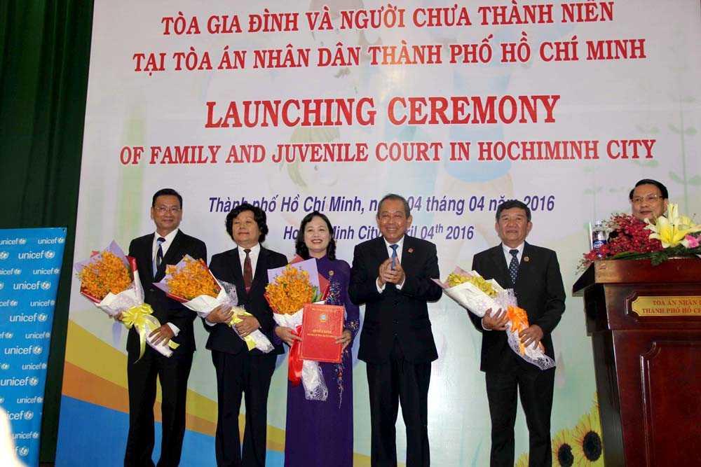 Chánh án TANDTC Trương Hòa Bình trao quyết định công bố thành lập Tòa gia đình và người chưa thành niên cho tập thể lãnh đạo TAND TP Hồ Chí Minh