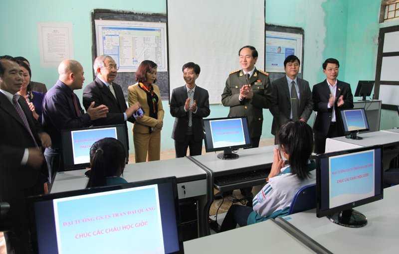 Đại Tướng Trần Đại Quang( thời làm Bộ trưởng bộ công an tặng dàn máy tính cho trường THPT Kim Sơn B