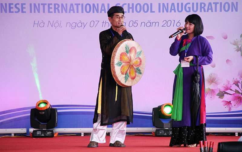 Thầy Reiji Sugimoto (Phó hiệu trưởng trường Quốc tế Nhật Bản) hát bài