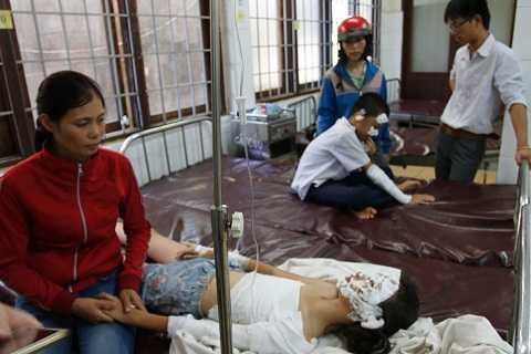 Các học sinh bị bỏng đang điều trị tại bệnh viện