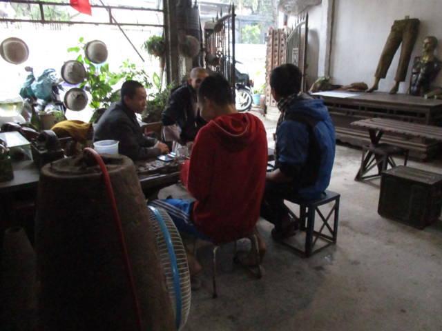 Nhiều khách đến nhâm nhi cà phê và xem các kỉ vật chiến tranh.