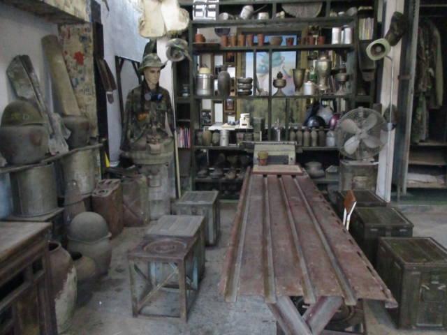 Bộ bàn ghế làm từ phế tích của chiến tranh