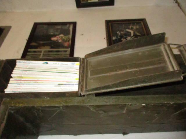 Kệ đựng sách làm từ thùng đạn.