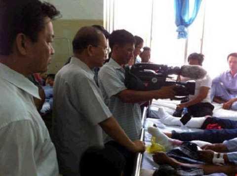 Lãnh đạo tỉnh Bình Thuận thăm hỏi nạn nhân tại bệnh viện- Ảnh:CTV