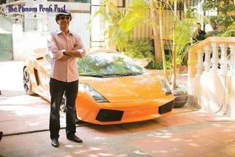 Howric Ghotbi bên cạnh chiếc Lamborghini Gallardo của mình. Ảnh: Phnom Penh Post.
