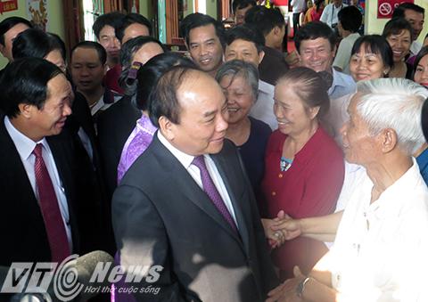 Thủ tướng Nguyễn Xuân Phúc cùng phu nhân thăm hỏi, trò chuyện cùng cử tri thị trấn Vĩnh Bảo