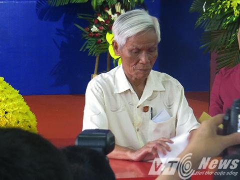 Sau khi Thủ tướng Nguyễn Xuân Phúc bỏ phiếu bầu cử, các cử tri thuộc các tầng lớp nhân dân tại tổ bầu cử số 8 lần lượt lên thực hiện việc bỏ phiếu