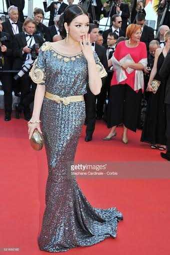 Lý Nhã Kỳ diện đầm haute couture của thương hiệu Alexis Mabille gửi chiếc hôn gió về phía nhiếp ảnh gia.