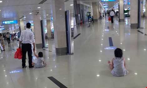 Người đàn ông kéo lê cháu bé trên sàn. Khi có người nhắc nhở, người này đã bỏ bé lại. (Ảnh do nhân chứng cung cấp)
