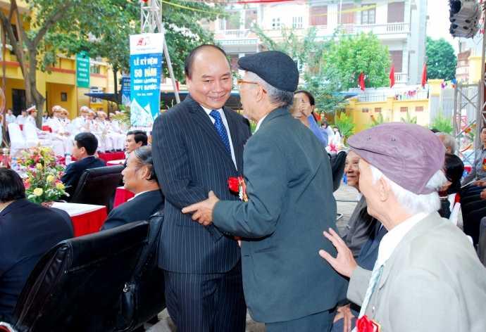 Thủ tướng Nguyễn Xuân Phúc gặp lại thầy cô nhân ngày kỷ niệm thành lập Trường cấp ba Đa Phúc