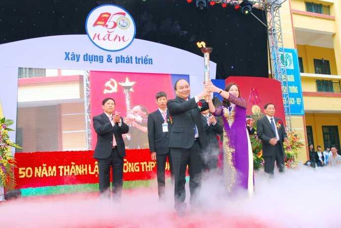 Năm 2013, Phó Thủ tướng Nguyễn Xuân Phúc cùng cô Nguyễn Thị Tươi, Hiệu trưởng Trường THPT Đa Phúc thắp đuốc truyền thống nhân kỷ niệm 50 năm ngày thành lập Trường.