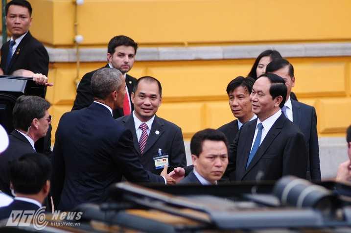 Chủ tịch nước đón Tổng thống Obama - Ảnh: Tùng Đinh
