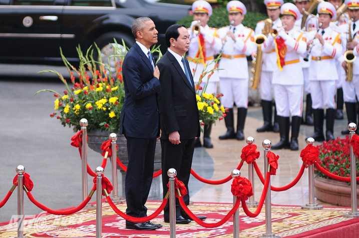 Chủ tịch nước và Tổng thống Obama làm lễ chào cờ - Ảnh: Tùng Đinh
