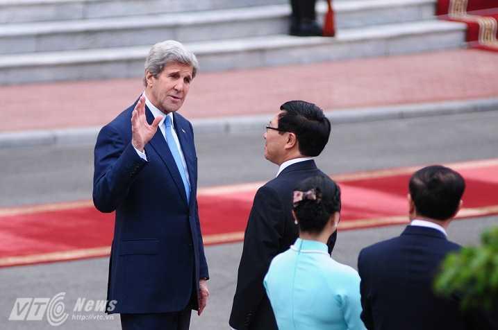 Ngoại trưởng Mỹ Kerry trò chuyện với Phó Thủ tướng, Bộ trưởng Ngoại giao Phạm Bình Minh trước lễ đón - Ảnh: Tùng Đinh