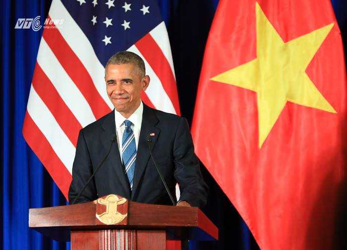 Ngoài việc đề cấp đến các hợp tác song phương trên các lĩnh vực kinh tế, giáo dục... Ông Obama cho biết rất muốn quay lại Việt Nam trong tương lai. Ông cũng hy vọng có cơ hội thử món cà phê sữa đá và được tiếp xúc nhiều hơn với người dân Việt Nam (ảnh: Duy Thành)