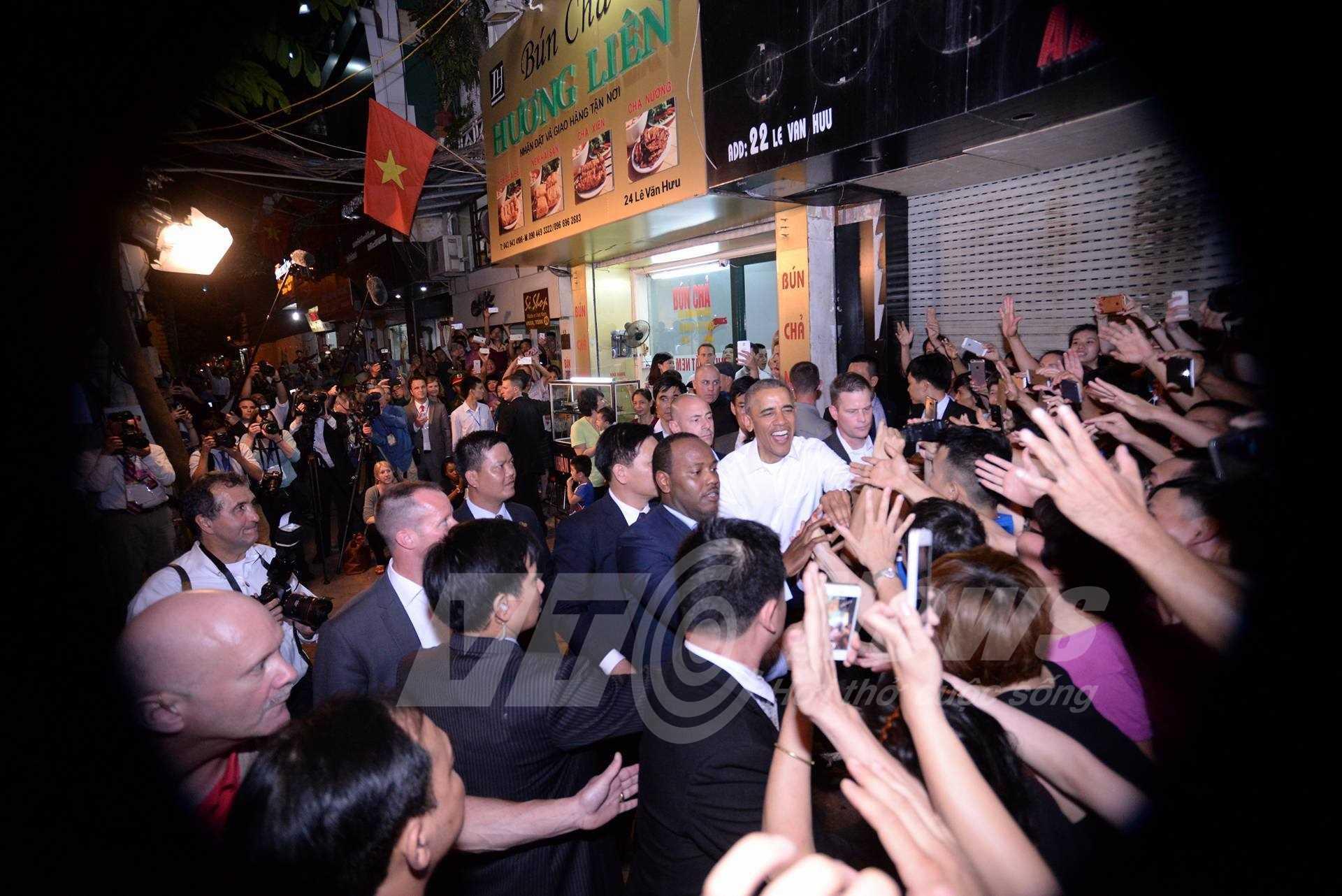 Khoảng 20h tối 23/5, ông Obama bất ngờ xuất hiện tại một quán bún chả trên phố Lê Văn Hưu (ảnh: Tùng Đinh)