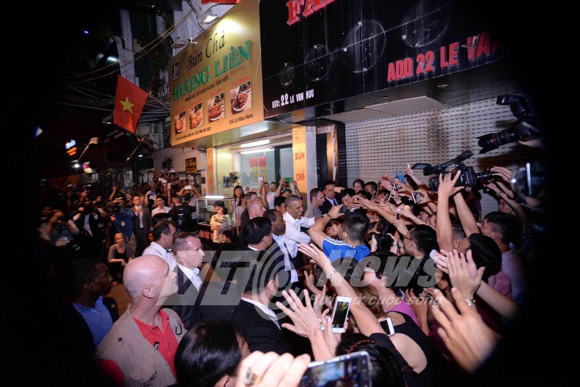 Sự xuất hiện của vị tổng thống Mỹ khiến nhiều người bất ngờ, vui mừng giơ tay chào đón ông (Ảnh: Tùng Đinh)