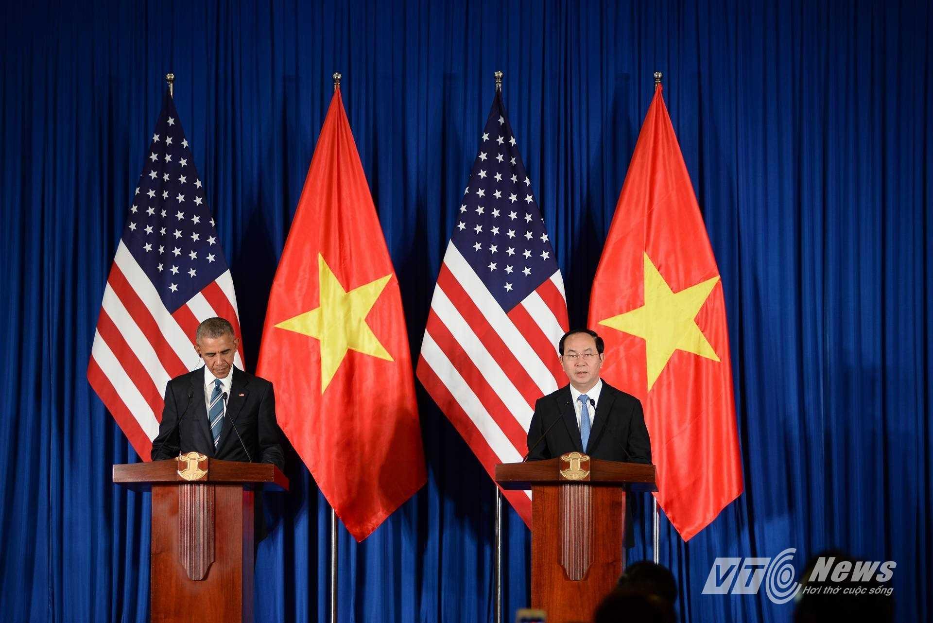 Khoảng 13h ngày 23/5, tổng thống Mỹ tham gia buổi họp báo chung với Chủ tịch nước Trần Đại Quang tại Trung tâm hội nghị Quốc tế (Ảnh: Tùng Đinh)