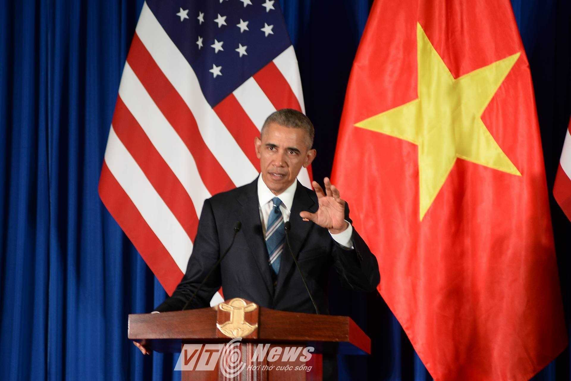 Tại cuộc họp báo, ông Obama thông báo kết quả hội đàm. Chính thức dỡ bỏ hoàn toàn lệnh cấm vận vũ khí với Việt Nam (Ảnh: Tùng Đinh).