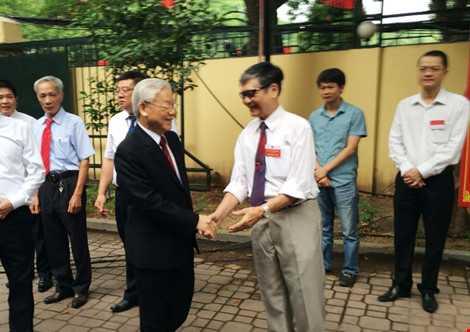 Đúng 6h40, Tổng Bí thư - Cử tri Nguyễn Phú Trọng đã đi bộ từ nhà sang điểm bầu cử để cùng bà con nhân dân phường Nguyễn Du (Hà Nội) bỏ phiếu bầu cử ĐBQH khoá XIV và HĐND các cấp nhiệm kỳ 2016 - 2021. (Ảnh: PLO)