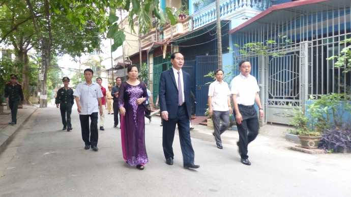 Chủ tịch nước Trần Đại Quang và phu nhân cũng có mặt rất sớm tại điểm bầu cử số 8 phường Nhân Chính, Thanh Xuân, Hà Nội. (Ảnh: Baogiaothong)
