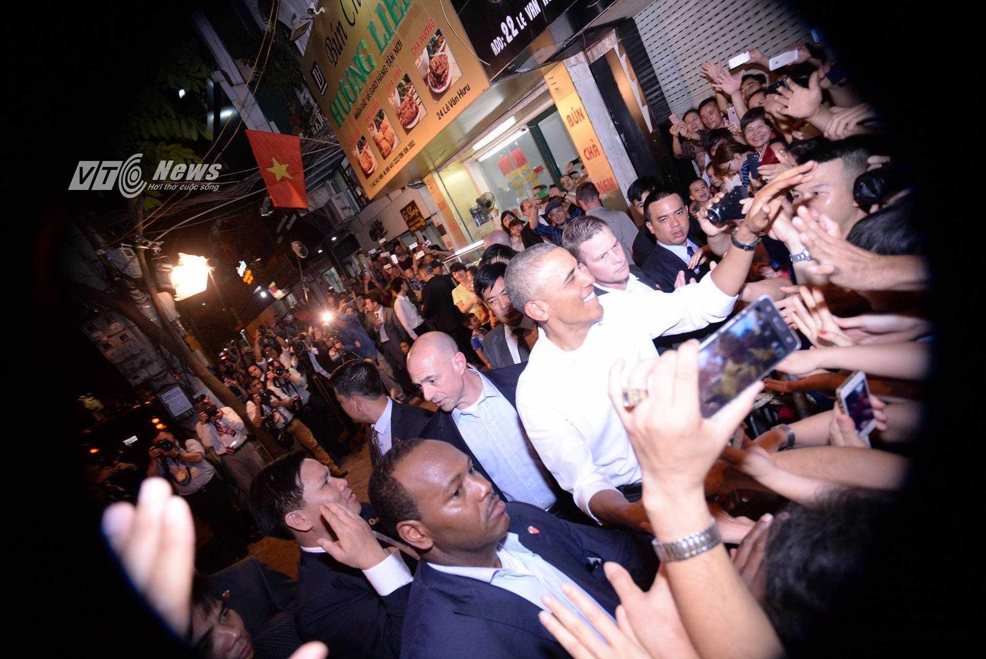 Ông Obama trong vòng tay chào đón của người dân Việt Nam tối 23/5 (Ảnh: Tùng Đinh)