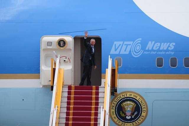 Tổng thống liên tục vẫy tay chào trước khi đi vào trong máy bay (Ảnh: Tùng Đinh)