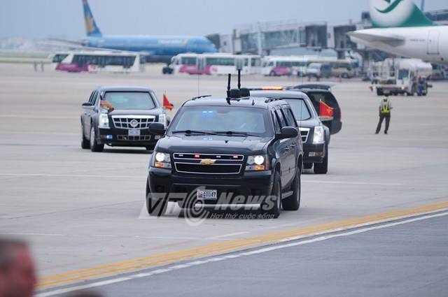 Khoảng gần 2h đoàn xe hộ tống tổng thống xuất hiện tại sân bay (Ảnh: Tùng Đinh)