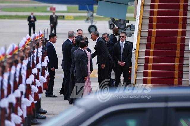 Tổng thống bắt tay chào các quan chức (Ảnh: Tùng Đinh)