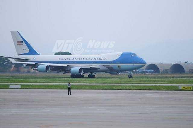 Đến khoảng 14h15 chiều 25/4, chuyên cơ của tổng thống Mỹ vào vị trí chuẩn bị cất cánh (Ảnh: Tùng Đinh)