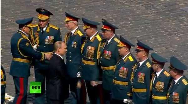 Tổng thống Nga Vladimir Putin gặp gỡ các cựu chiến binh trong lễ kỷ niệm 71 năm Ngày Chiến thắng tại Quảng trường Đỏ ở thủ đô Moskva ngày 9/5. Ảnh: EPA/TTXVN