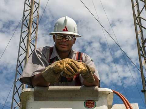 Southern Co. - Chỉ có 28% người làm của Southern Co. phàn nànđôi chút về áp lực trong công việc. Ngoài ra, doanh nghiệp điện này còn sở hữu lịch sử an toàn lao động ấn tượng cùng mức lương tương đốihấp dẫn: 85.000 USD/ năm.