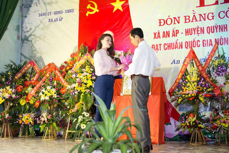 Người mẫu tặng 20 triệu đồng cho Quỹ học sinh nghèo của xã, cổ vũ các em nhỏ học tập tốt hơn.