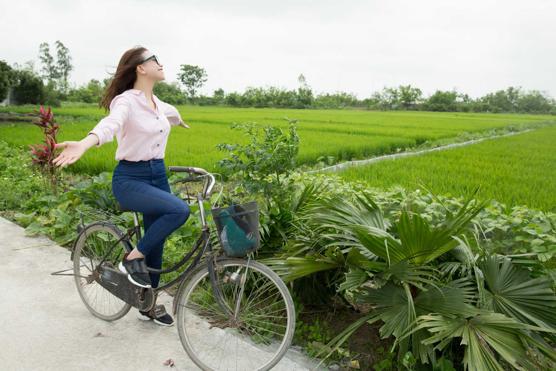 Về với thôn quê, Trà Ngọc Hằng sảng khoái chạy xe   đạp trên những con đường làng, giữa cánh đồng lúa bát ngát.