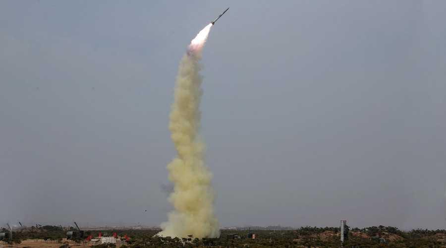 Vụ phóng thử một loại tên lửa phòng không thế hệ mới của Triều Tiên (Ảnh: KCNA/Reuters)