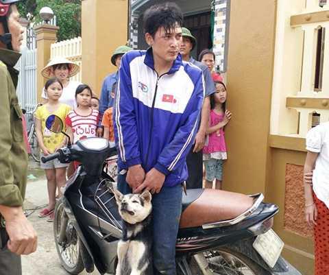 Nghi can trộm chó và chó bị trộm bị công an xã áp giải về trụ sở để làm việc chiều 10/4 - Ảnh người dân cung cấp.