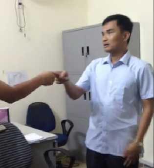Ông Lê Thanh Tùng, chủ khách sạn Bình Minh đôi co với du khách. Ảnh cắt từ clip do độc giả cung cấp.