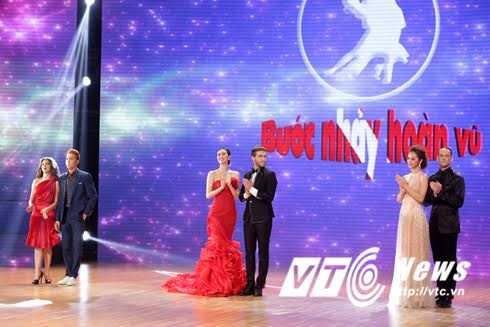 Các thí sinh bước ra chào khán giả.