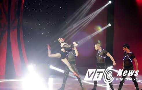 Ca sỹ Thu Thủy, quán quân Bước nhảy hoàn vũ 2015 xuất hiện trở lại trên sân khấu với vẻ nóng bỏng khó rời mắt.