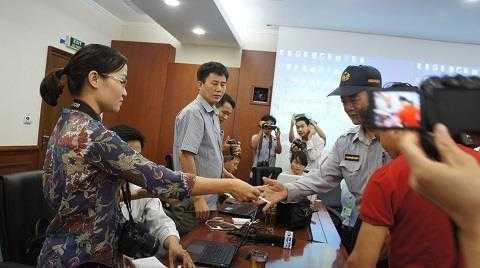 Bảo vệ kiểm tra giấy tờ tác nghiệp của phóng viên