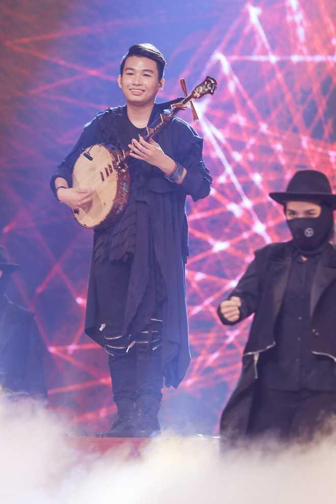 Trung Lương chơi đàn nguyệt