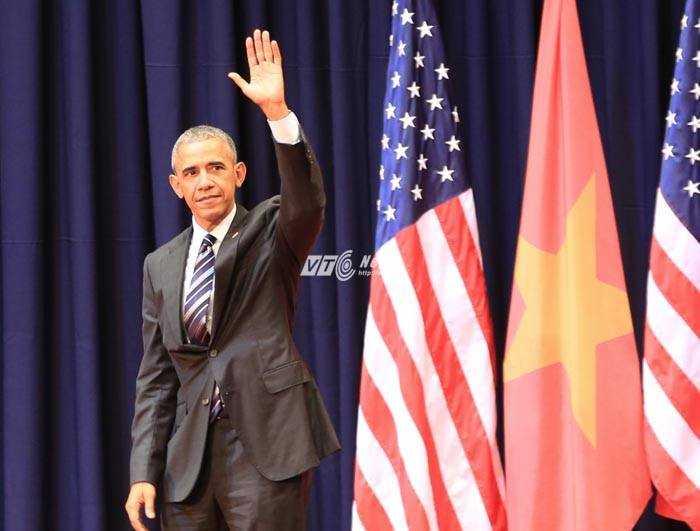 Ông Obama vẫy tay chào sau khi kết thúc bài nói chuyện (Ảnh: Duy Thành)