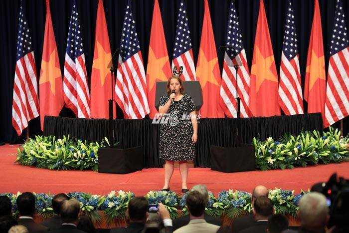 Một nữ ca sĩ gốc Việt hát quốc ca Mỹ (Ảnh: Duy Thành)